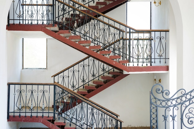 Rampe et escaliers qui tourne à l'intérieur d'un bâtiment, détails de la maison urbaine moderne