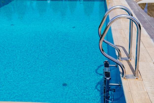 Les rampes de l'escalier menant à la piscine