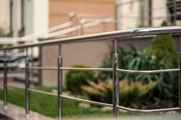 Rampes métalliques en acier inoxydable, bâtiments extérieurs modernes