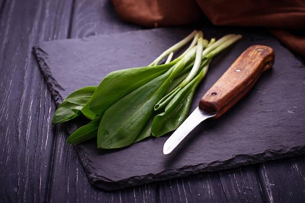 Ramson et un couteau sur fond d'ardoise