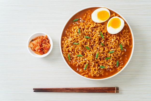 Ramyeon ou nouilles instantanées coréennes avec oeuf - style de cuisine coréenne