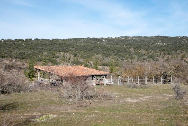 Ranch abandonné dans la montagne d'espagne