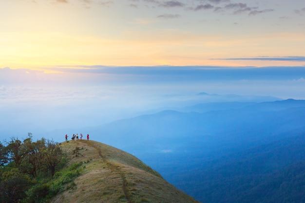 Randonnée au sommet de la montagne avec le lever du soleil du matin