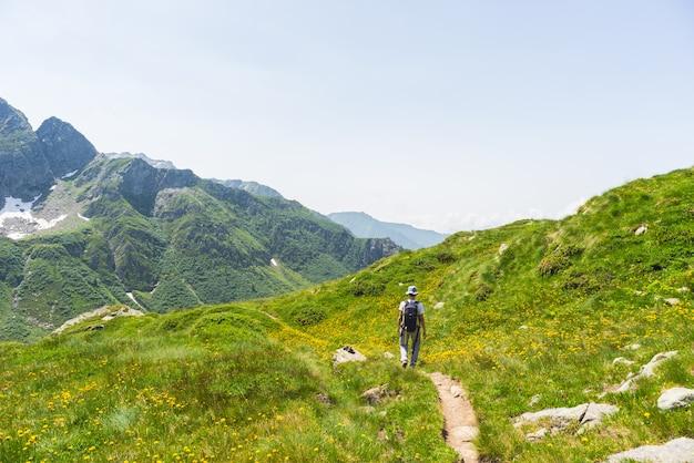 Randonnée dans les alpes sur sentier panoramique