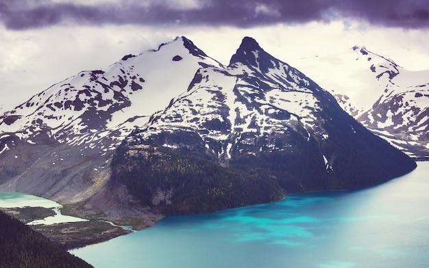 Randonnée dans les eaux turquoises du pittoresque lac garibaldi près de whistler, bc, canada.