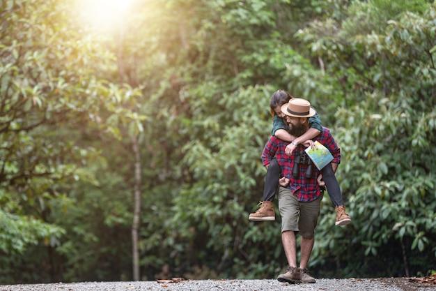 Randonnée dans le mode de vie. dans la forêt tropicale, les randonneurs préfèrent la randonnée.
