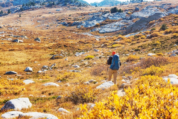 Randonnée dans les montagnes d'automne