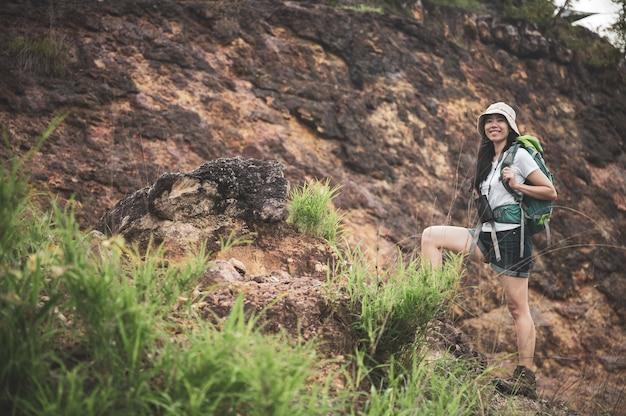 Randonnée ou femme en cours d'exécution dans les montagnes du paysage. semelle de chaussure de sport et jambes sur sentier rocheux. randonneur trekking ou marche sur sentier, mode de vie en plein air