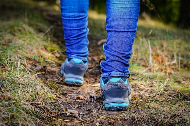 Randonnée femme gros plan marchant sur le chemin forestier