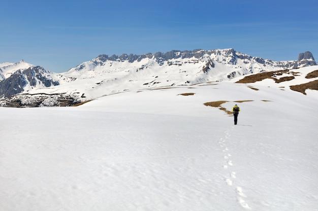 Randonnée en montagne enneigée