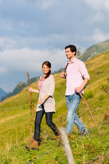 Randonnée pédestre - homme et femme dans les alpes