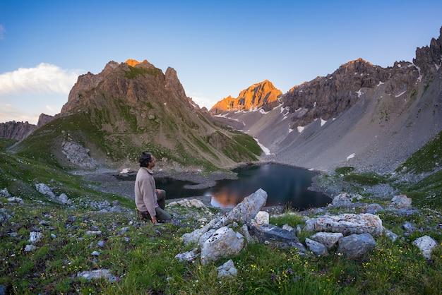 Randonnée pédestre sur sentier et regardant une vue imprenable depuis le sommet