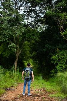 Randonnée touristique marchant dans le concept de forêt de jungle. randonneur homme randonnée seul en plein air aventure de voyage de style de vie actif