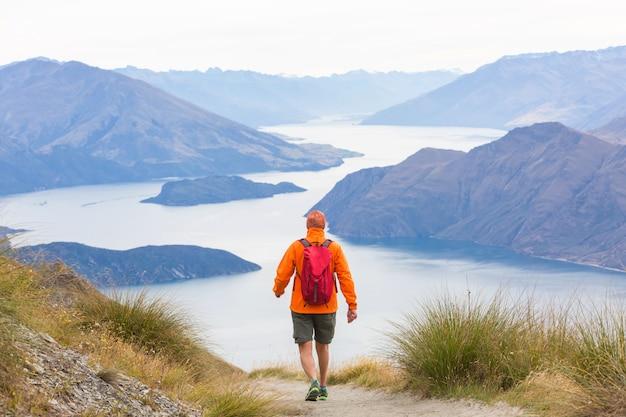 Randonnée et tramping en nouvelle-zélande. concept de voyage et d'aventure