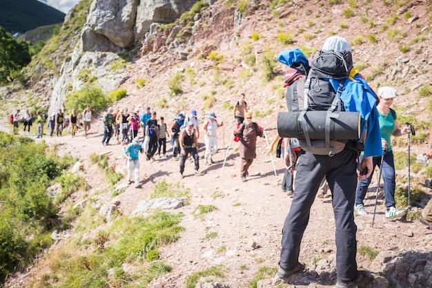 Randonnée trekking dans les montagnes menant groupe