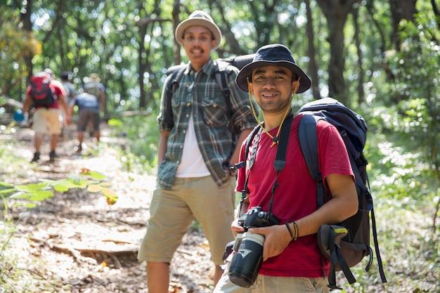 Randonneur asiatique avec caméra
