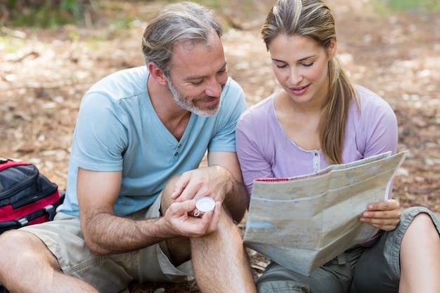 Randonneur, couple, tenue, compas, lecture, carte
