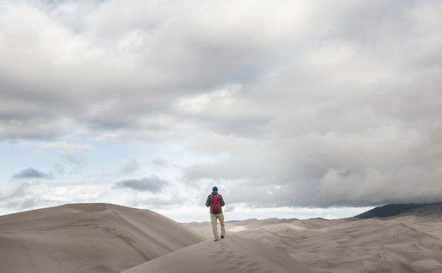 Randonneur dans le désert de sable. heure du lever du soleil.