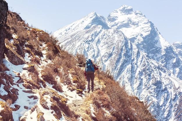 Randonneur dans la montagne de l'himalaya. népal
