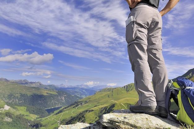 Randonneur debout au sommet d'une belle montagne alpine en été
