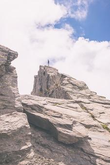 Randonneur debout sur le sommet de la montagne, image tonique