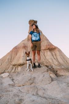Randonneur femme avec chien basenji dans le désert