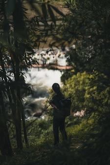 Randonneur femme explorant la jungle à sa pa vietnam