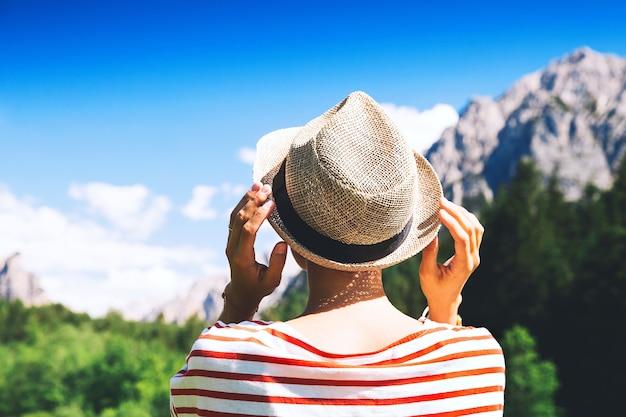 Randonneur femme à l'extérieur sur la nature voyage à dolomites italie europe vacances d'été au tyrol du sud