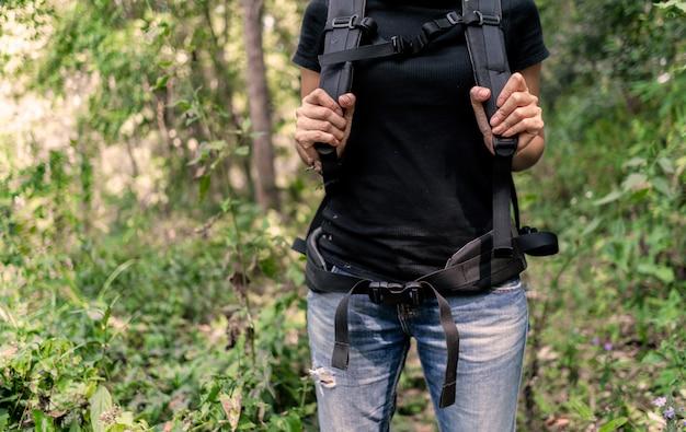 Randonneur femme randonnée dans la forêt