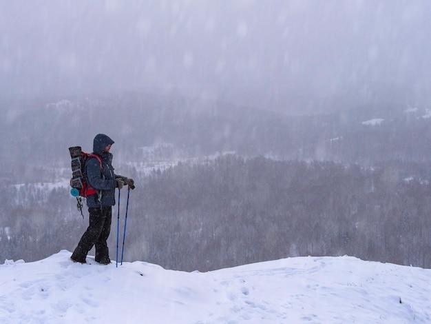 Un randonneur en grimpant au sommet d'une montagne