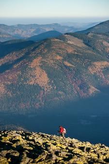 Randonneur homme marchant sur la montagne rocheuse