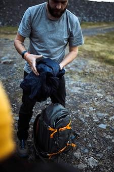 Randonneur masculin emballant son sac