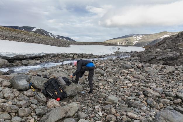 Un randonneur met des chaussures après avoir traversé cold creek
