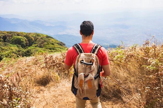 Randonneur avec panorama de montagne