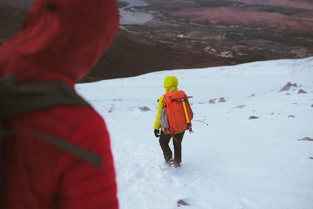 Randonneur en randonnée sur une montagne enneigée