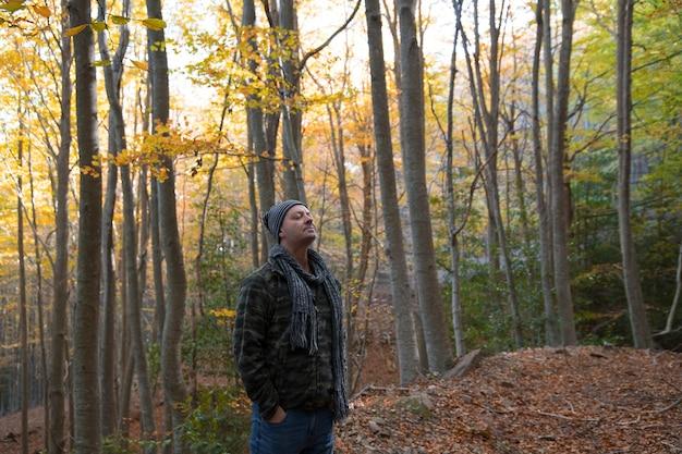 Randonneur respirant l'air pur de la forêt
