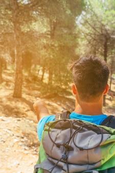 Randonneur avec sac à dos en forêt