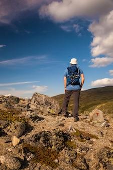 Randonneur avec sac à dos voyageant dans les montagnes de norvège dovre