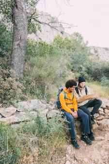 Randonneurs assis sur un rocher