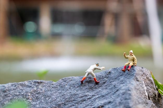 Randonneurs grimpant sur le rocher. concept sport et loisirs