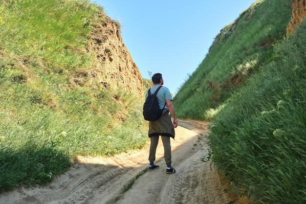 Randonneurs marchant dans les collines verdoyantes en été