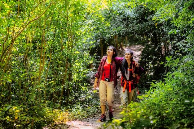 Randonneurs marchant avec sac à dos sur une montagne au coucher du soleil. voyageur va camping