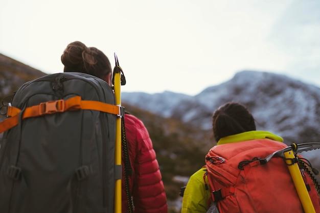 Randonneurs sur une montagne en hiver