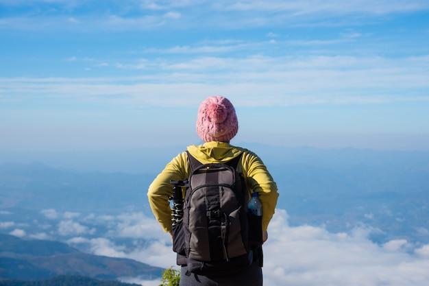 Randonneuse âgée d'âge moyen bénéficiant d'une vue magnifique matin dans les montagnes en thaïlande