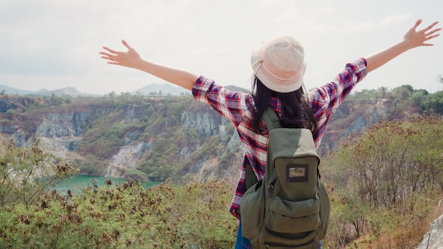 Randonneuse asiatique, randonneuse marchant au sommet de la montagne, une femme passe ses vacances à faire de la randonnée, se sentir libre.