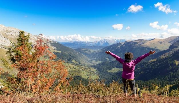 Randonneuse au sommet dans les alpes françaises