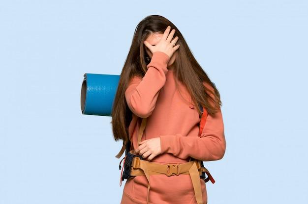 Randonneuse avec une expression fatiguée sur le bleu