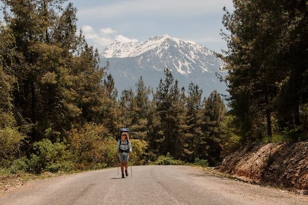 Randonneuse marchant sur une route forestière