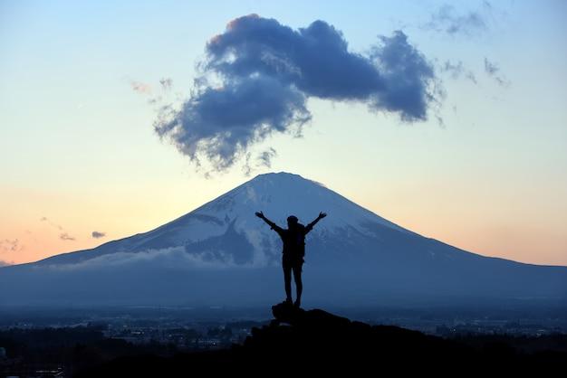 Randonneuses grimpant sur la falaise de montagne. travail d'équipe, concept de leadership d'entreprise.