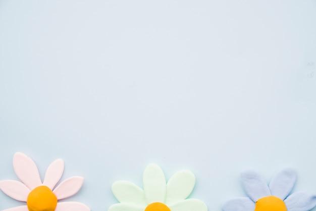 Rangée d'argile de fleur colorée sur fond gris